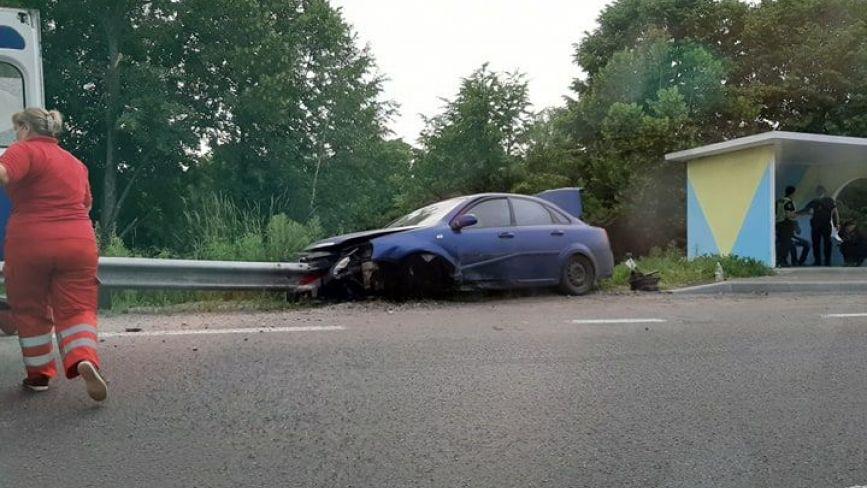 У Немирівському районі водій на «Шевроле Авео» врізався у відбійник