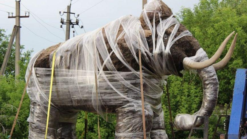 У центрі Ольгополя поставили мамонта. Він буде ревіти, але тільки за гроші