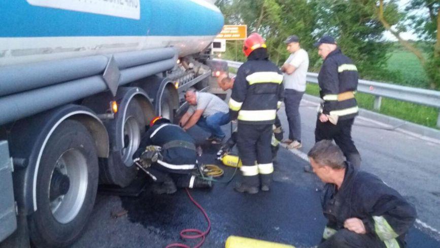 Смертельна ДТП: у Вінниці мотоцикліст залетів під вантажівку. Тіло діставали рятувальники