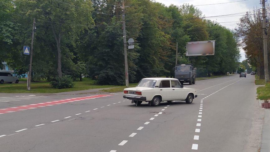 Чому велосмугу на Стрілецькій зробили по «центру» автодороги