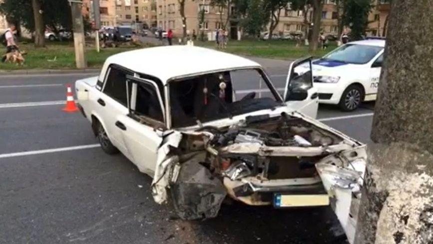 На Київській «ВАЗ» протаранив електроопору. Водій був п'яний
