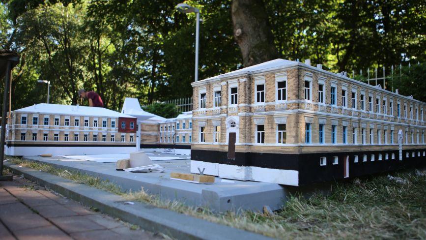 На «Міні-Вінниці» з'явився 8-метровий макет будівлі психіатричної лікарні імені Ющенка