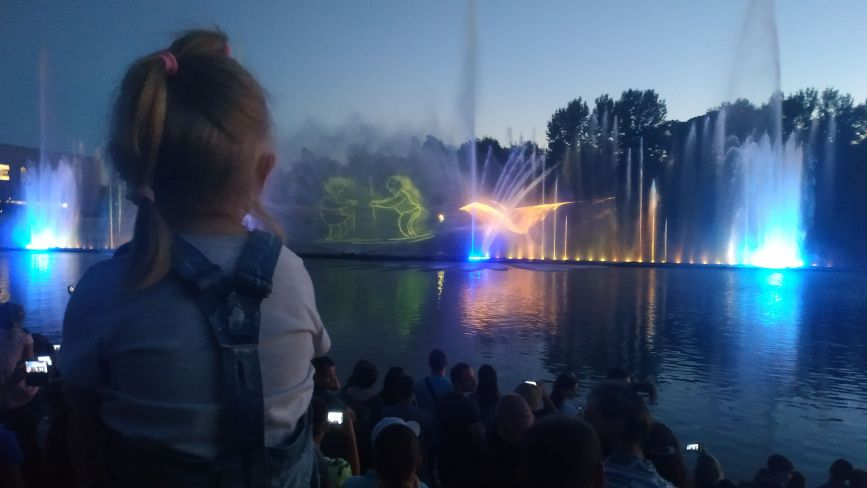 У Вінниці почав працювати фонтан Roshen. На відкриття приїхав Порошенко з дружиною