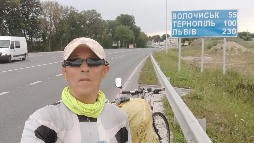 Крутить педалі до Говерли. Вінничанин планував побувати у Скандинавії, а поїхав у Карпати