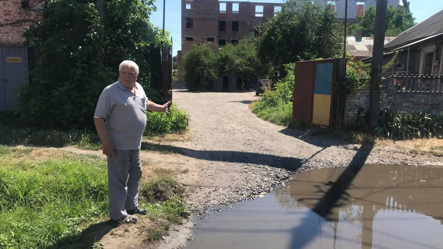 Центр, сміття і калабаня: жителі Коріатовичів скаржаться на вуличний безлад