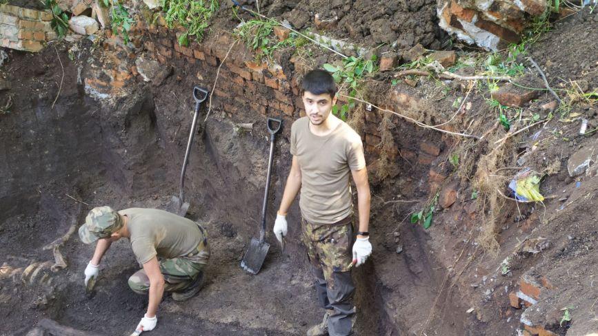 Офіцерів ховали у домовинах, а рядових у братських могилах. Досліджують 100-річне кладовище
