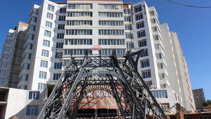 Біля довгобуду на Стрілецькій встановлюють «Ейфелеву вежу». Чи законне це будівництво?