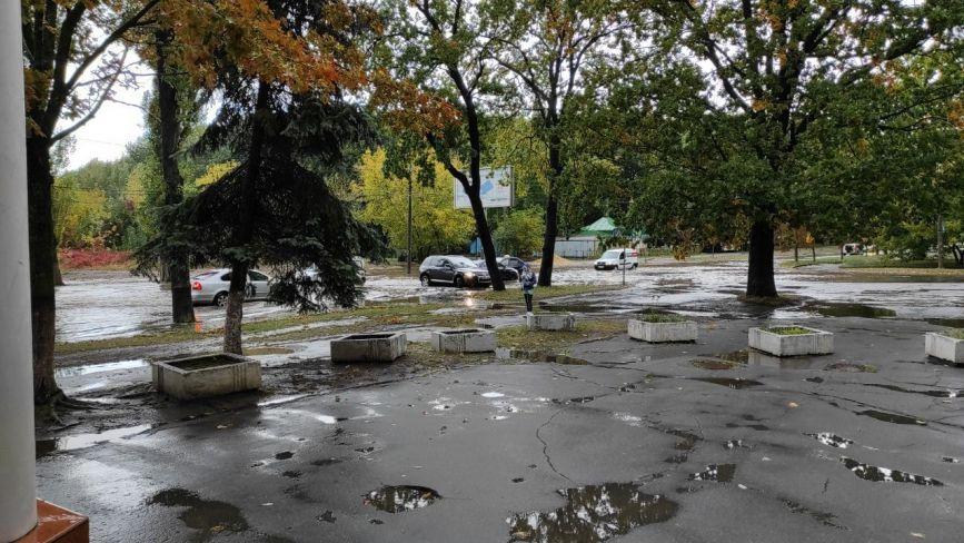 Вінницю підтопила злива. На Вишеньці «плавають» машини