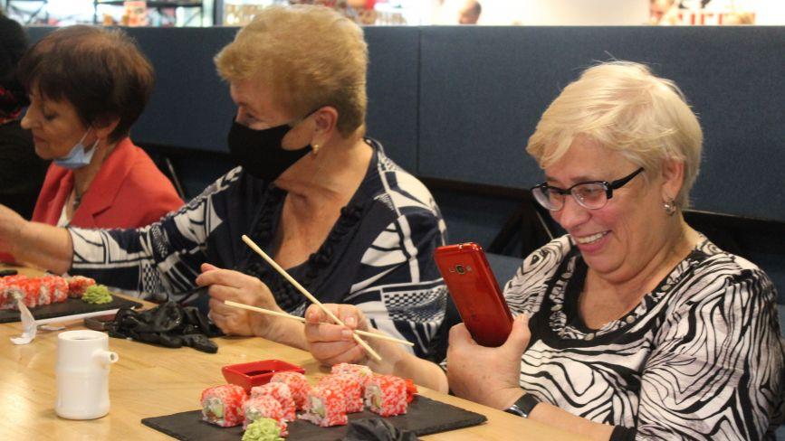 «Тепер буду внукам готувати їхні улюблені суші»: як пенсіонерки опановували японську кухню