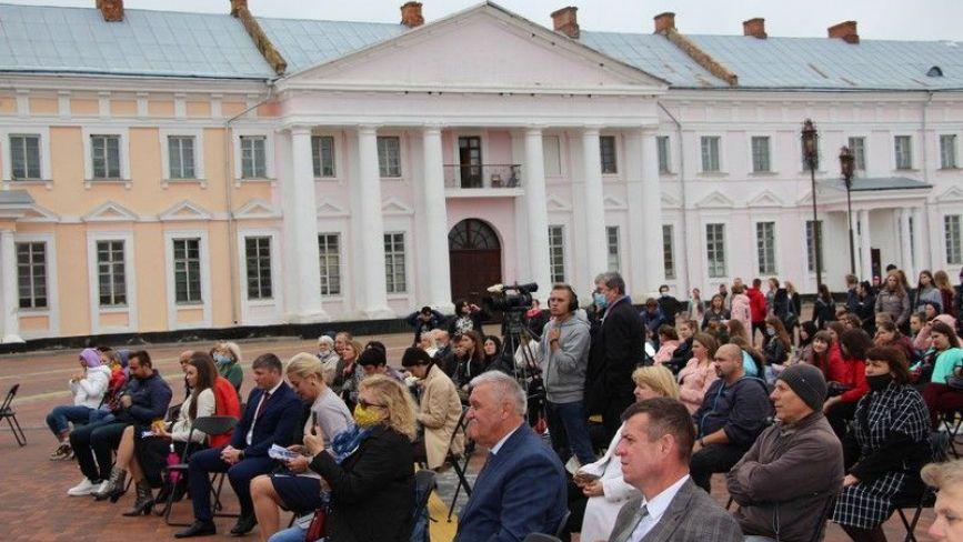 З дистанцією, але без масок: у Палаці Потоцьких відкрили проєкт «Art PALACE»