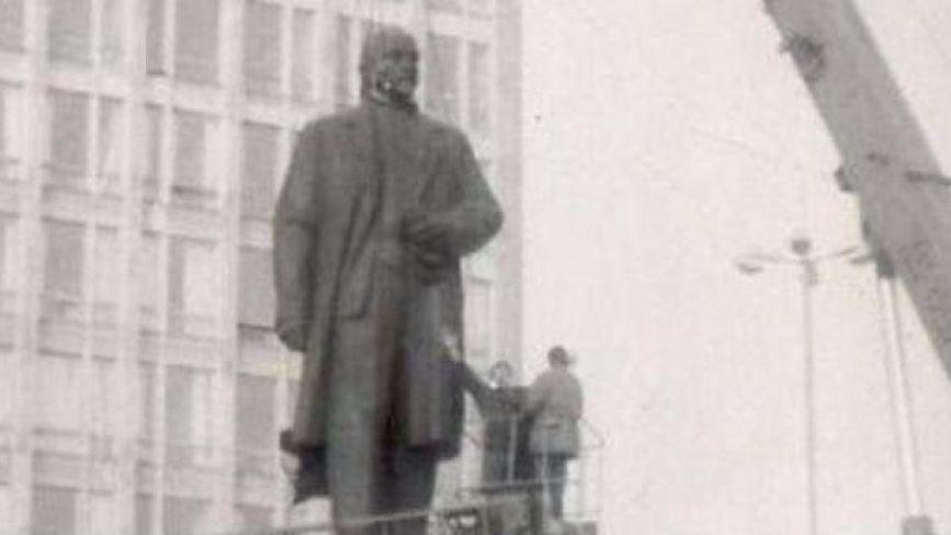 Фото поваленого пам'ятника Леніну у Вінниці показували в Аргентині. Згадаймо, як це було