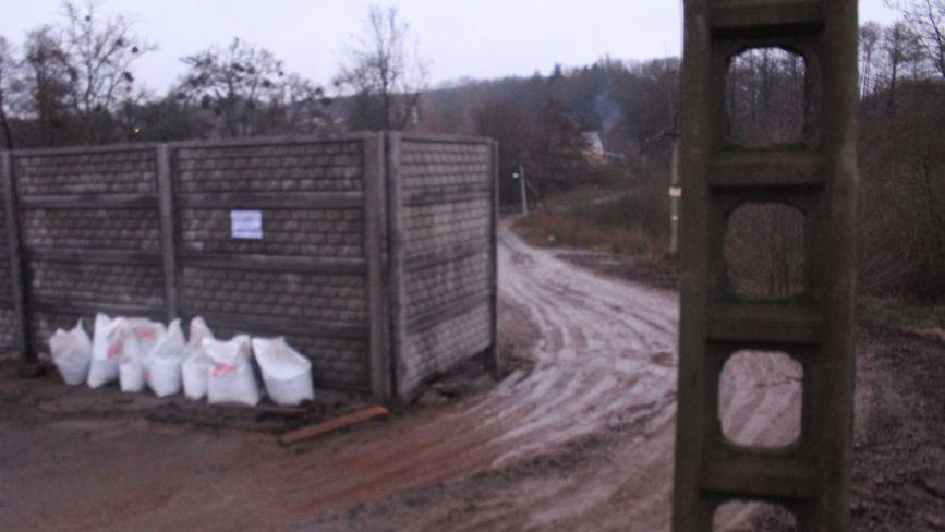 Територія розбрату: на П'ятничанах бетонним парканом перегородили дорогу