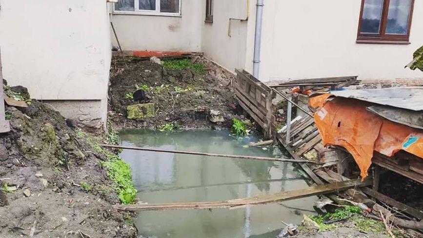 Смердючий подарунок сусідам. На Ширшова виявили «вигрібний басейн»
