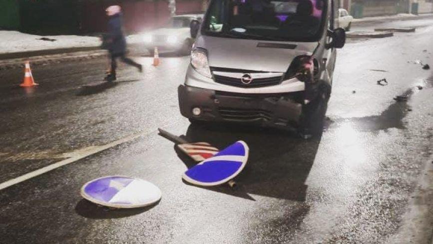 По вулиці Ватутіна п'яний на мікроавтобусі «розніс» острівець безпеки