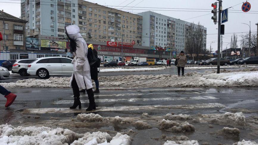 Гори снігу та «брудна каша». Фоторепортаж з вінницьких вулиць