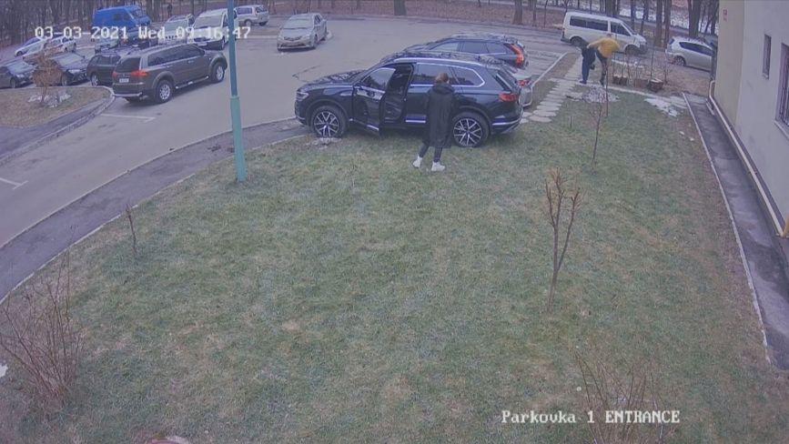 «То підстава» —каже водій Volkswagen, який на Поділлі відгамселив чоловіка. Що говорить поліція?