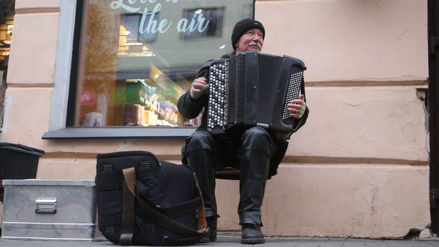 «Йду в ногу з часом»: віддячити за гру вуличного музики тепер можна безготівковим переказом