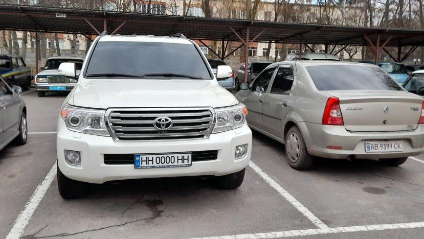На «лівих» номерах і з карабіном всередині. Що за Lаnd Cruiser стоїть на парковці структури МВС?
