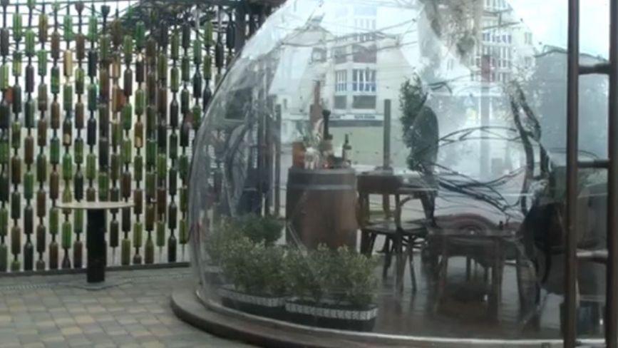 «Антиковідні» кулі для відвідувачів: як підприємці у Вінниці убезпечнюють своїх клієнтів