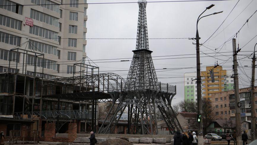 Біля довгобуду на Стрілецькій закінчили встановлення копії Ейфелевої вежі. Як вона виглядає?