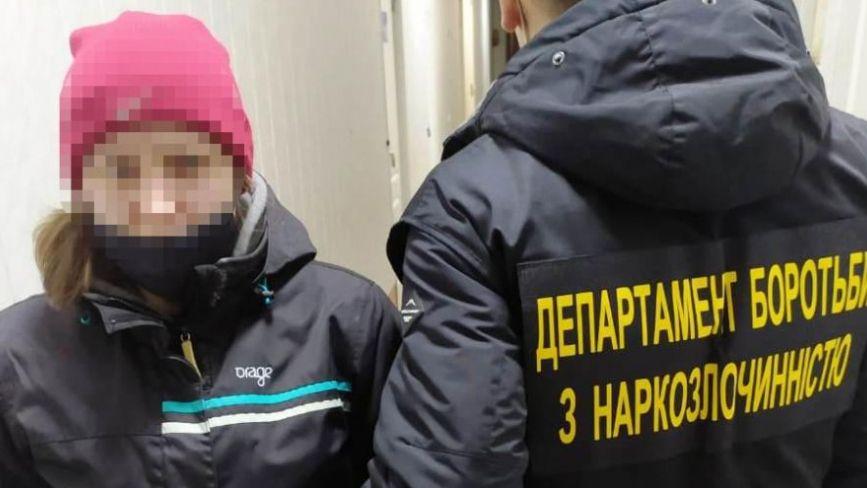 Їздила до Вінниці за наркотою. Зловили 27-річну дівчину, яка торгувала метадоном