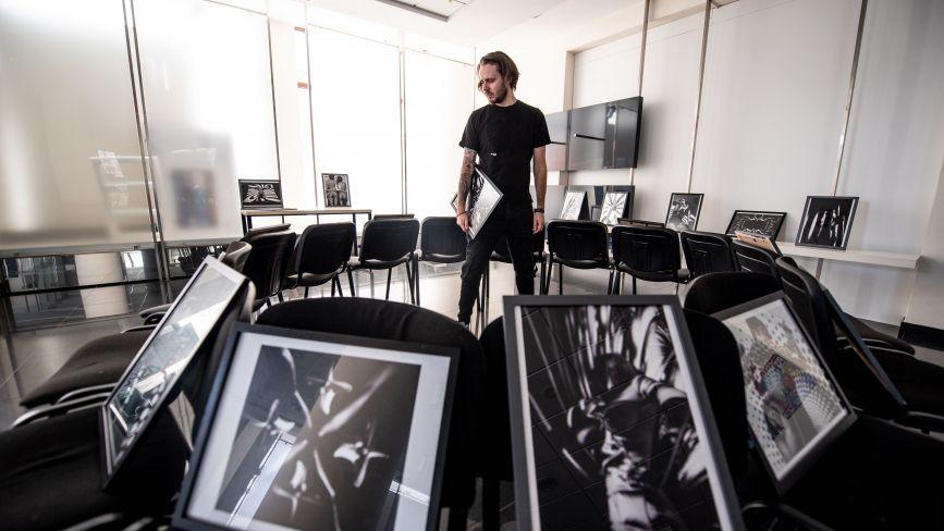 Лінії, тіні, абстракції. У Вінниці відкрилась виставка фотохудожника у стилі арт-ню