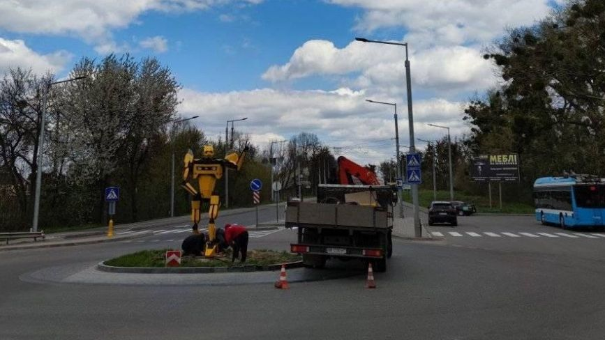 ФОТО ДНЯ. На околиці Вінниці встановили величезного трансформера