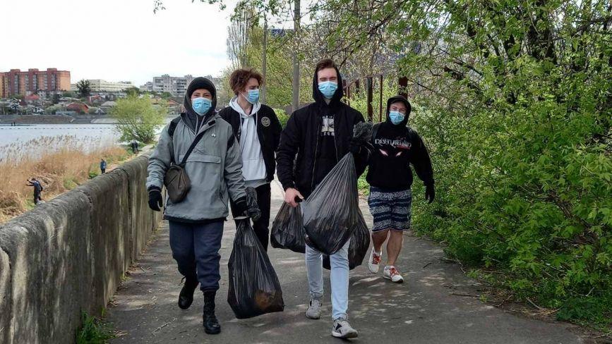 ФОТО ДНЯ. Студенти у Лісопарку зібрали понад сотню мішків сміття