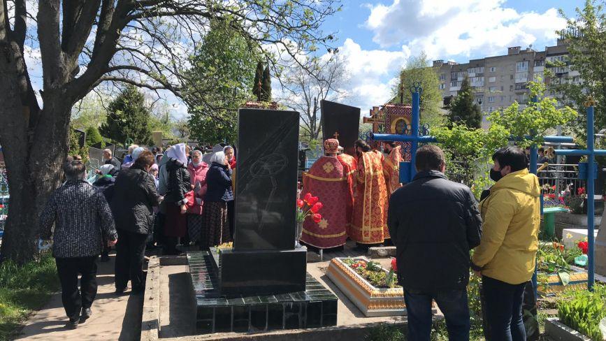 ФОТО ДНЯ. Вінничани поминають померлих на міських кладовищах
