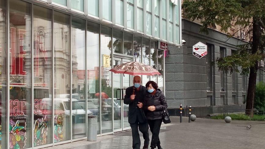 Під парасольками і по калюжах: як вінничани гуляють у зливу. ФОТО ДНЯ