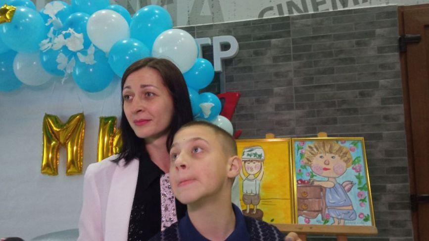 «Я навчився робити свято». У Вінниці відкрили виставку 10-річного художника з аутизмом
