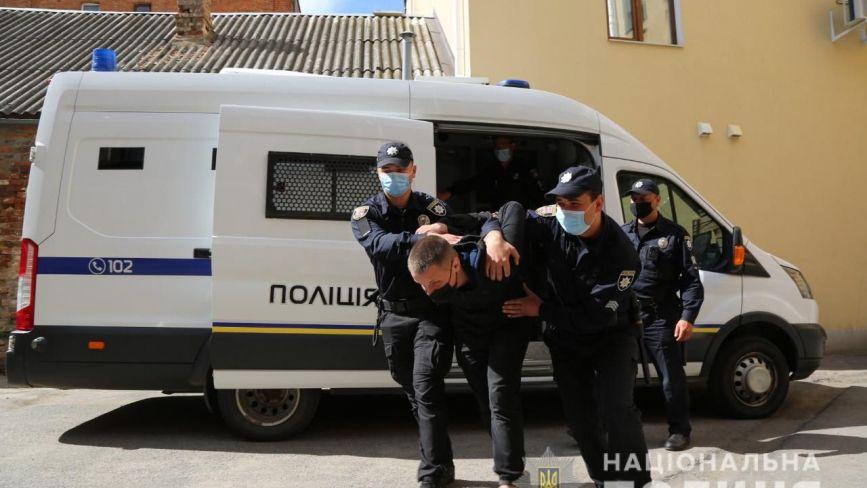 Конвоювання затриманих. У Вінницький міський суд привезли спецконтингент