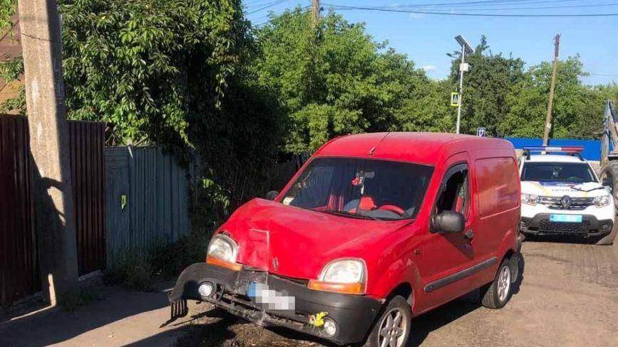 У Тульчині некероване авто збило 6-річну дівчинку, протаранило стовп та паркан