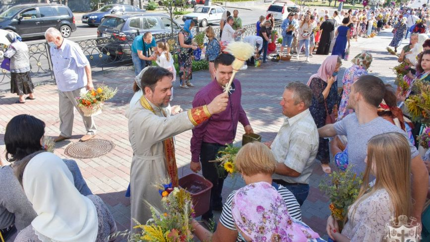 ФОТО ДНЯ. Як вінничани освячували зілля та мед у свято Маковея