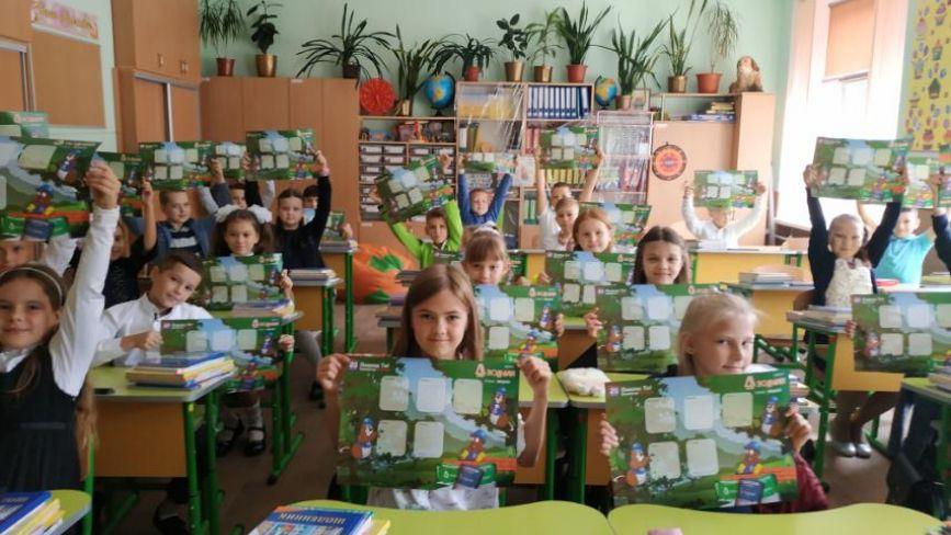 До школи з подарунками від «20 хвилин»: вінницькі школярі отримали корисні презенти