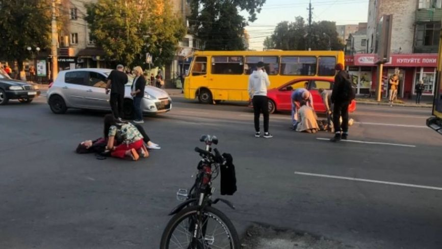 На «зебрі» по Коцюбинського легковик збив трьох 17-річних студенток. Нові деталі ДТП