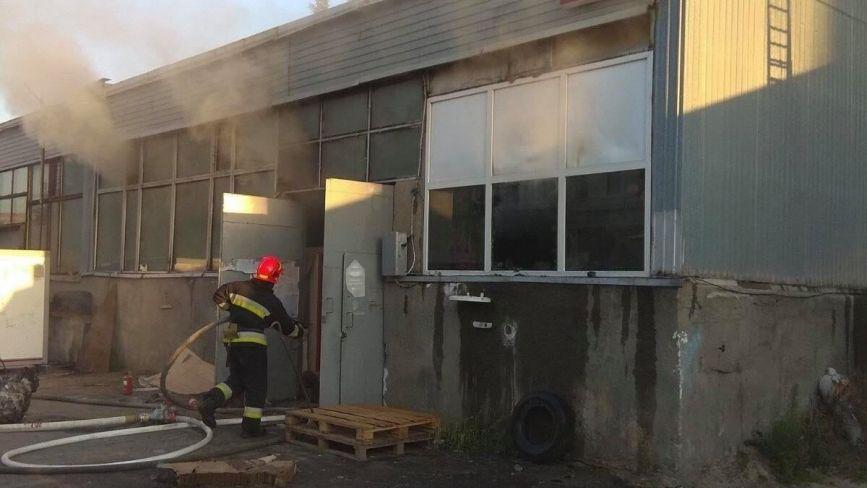 На Василенка 20 вогнеборців гасили палаючий ангар