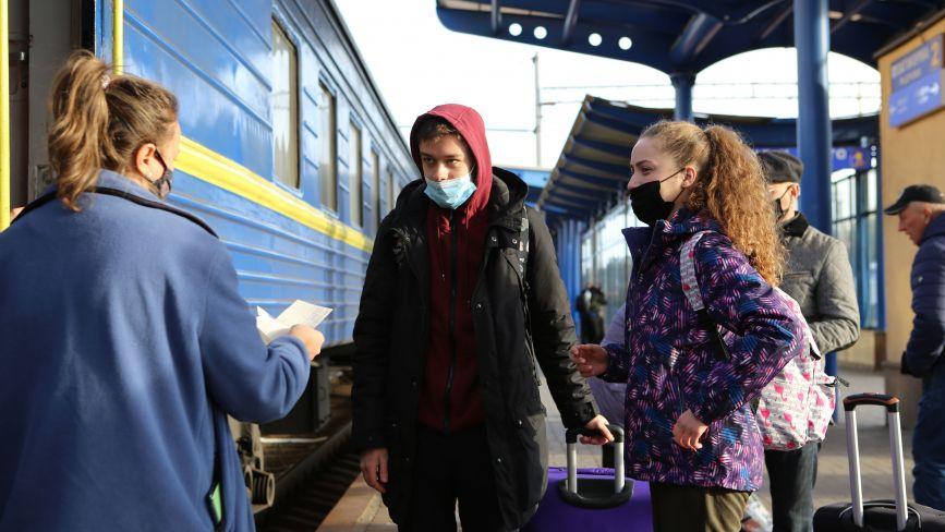 Виїхати з Вінниці на поїзді або автобусі без ковід-сертифіката — тепер зась. Репортаж з вокзалів
