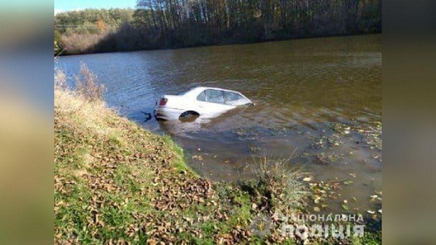Автомобіль у воді та тіло в салоні. На Тиврівщині знайшли мертвим вінничанина