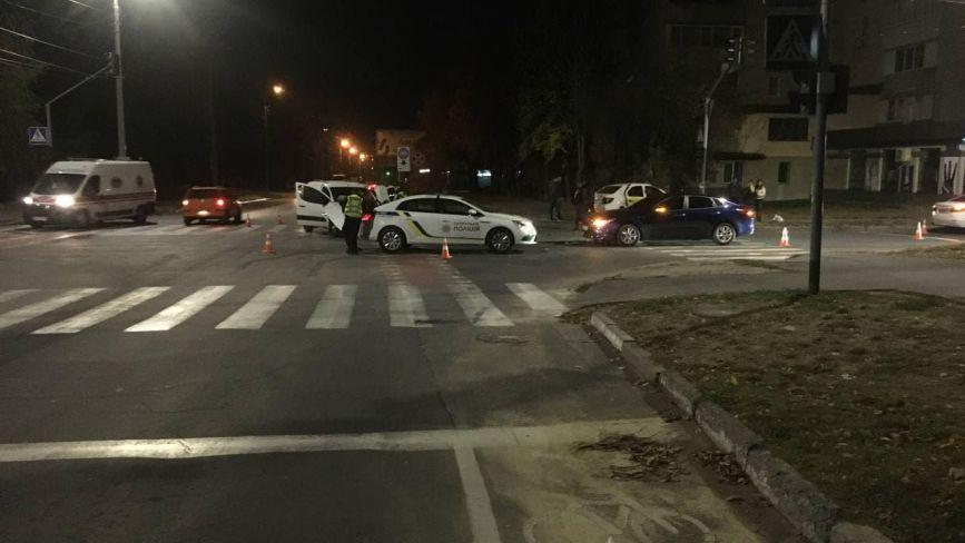 Розтрощені машини та уламки на тротуарі.  Деталі нічної ДТП на Інтернаціоналістів