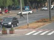 Добігався: на Вишеньці чоловік перебігав дорогу за декілька метрів від «зебри». Відео
