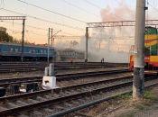 На залізничному вокзалі 17 рятувальників гасили палаючий вагон потягу