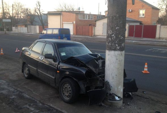 На Київській п'яний водій влетів у стовп, вийшов з авто та зник