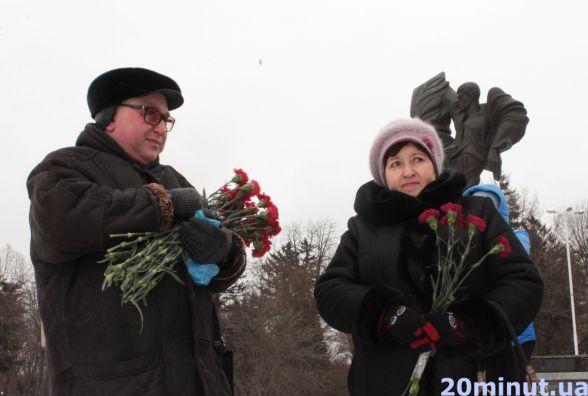 Гвоздики та мороз: викладачі Донецького національного вшанували пам'ять Стуса