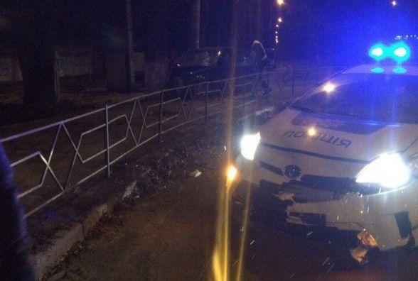 Подробиці ДТП з Пріусом: копи спішили на допомогу та в'їхали в паркан (ФОТО)