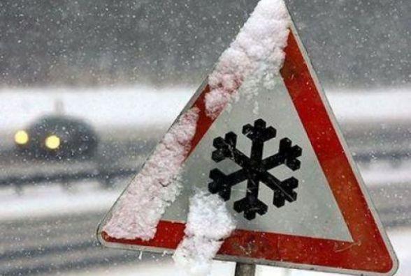 Двоє діток разом із родиною на легковику застрягли у снігу на Козятинщині