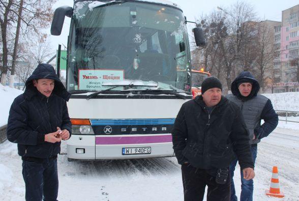 У Вінниці зламався автобус, який їхав до Польщі. Люди в мороз півдня чекали на допомогу