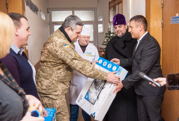 Сергій Кудлаєнко привітав з Різдвом учасників АТО у військовому шпиталі та отримав нагороду від волонтерів (Прес-служба народного депутата С.Кудлаєнко)