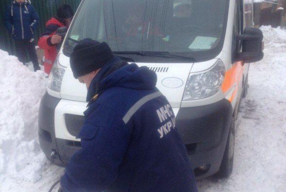 У Вінниці в сніговому заметі застрягла «швидка». ФОТО