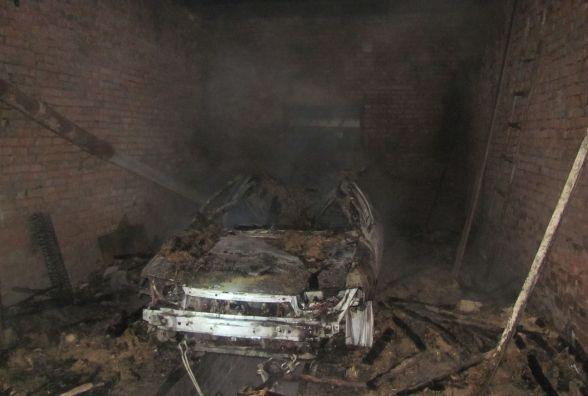 Через несправну грубку вщент згоріла автівка. Обійшлося без жертв (ФОТО)